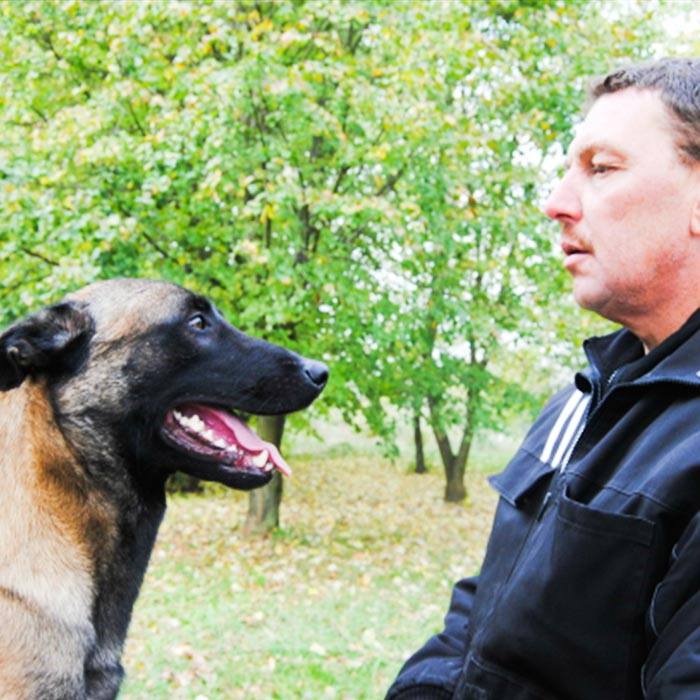 Découvrez l'histoire et le parcours professionnel de l'éducateur et dresseur canin Philippe Cuynet